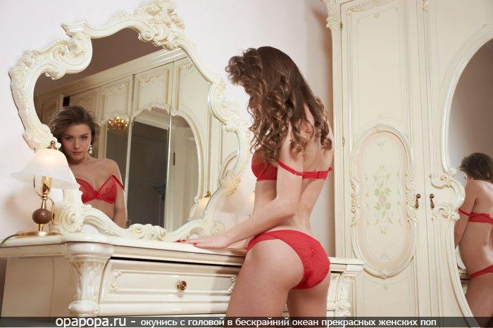 Фото: третьекурсницы Урсулы с привлекательной задницей у зеркала в красных трусах
