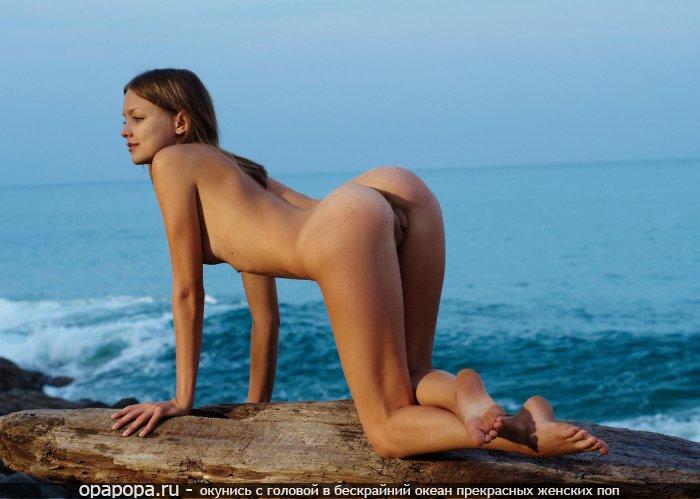 Фото: загоревшей малолетней девушки с маленькой спортивной попкой на природе