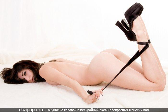 Фотография: черногривой Цветаны с девичьей упругой попкой на полу без трусов