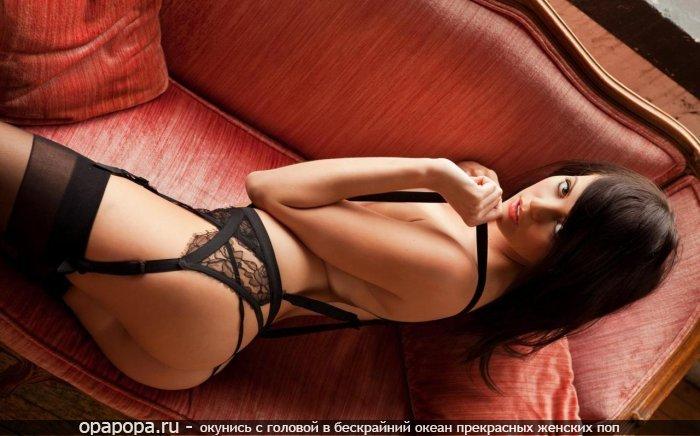 Фотография: черноволосой Агнессы на диване без трусиков в гольфиках