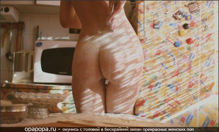 Фотография: девичья попа на кухне без трусиков