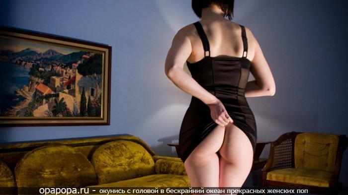 Фотография: эффектная попка без труселей в платье под юбкой