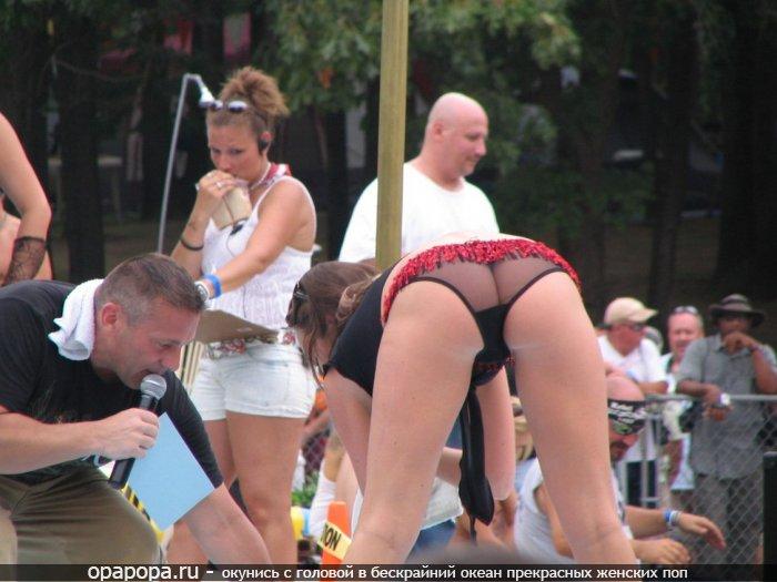 Фотография: крепкая смачная попка на публике в трусиках