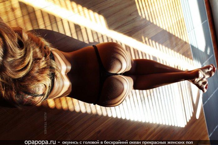 Фотография: лакомую упругая попка на полу в трусиках-тангах
