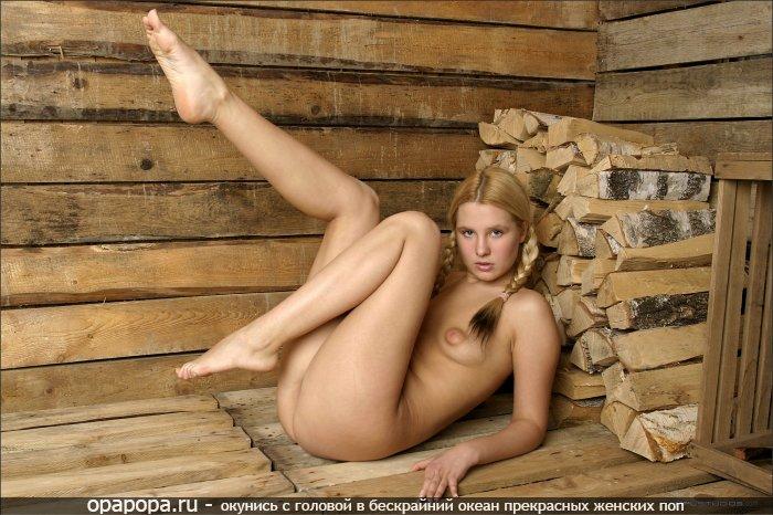 Фотография: маленькой блондинки Оксаны с маленькой грудью и аппетитной попкой без трусов