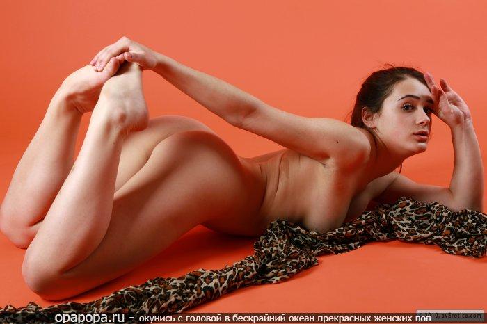 Фотография: маленькой черногривой Терезы с лакомой упругой попой на полу без трусиков