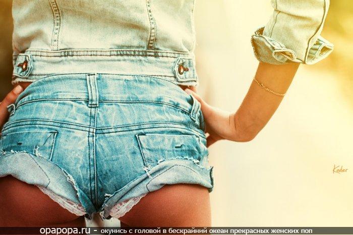 Фотография: малолетней девушки Ариадны с небольшой крепкой попой в шортиках