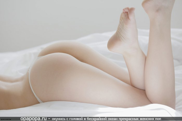 Фотография: миниатюрная спелая попа на кровати