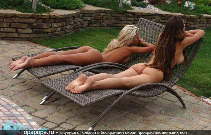 Фотография: молоденькие девушки загорают во дворе с голыми смачными попками без трусов