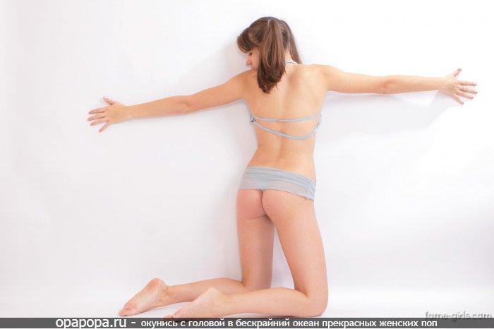 Фотография: молоденькой девушки Биргит с маленькой задницей без трусиков обнимающей стенку