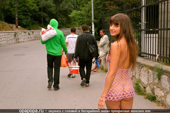 Фотография: молоденькой темнорусой на публике без трусов