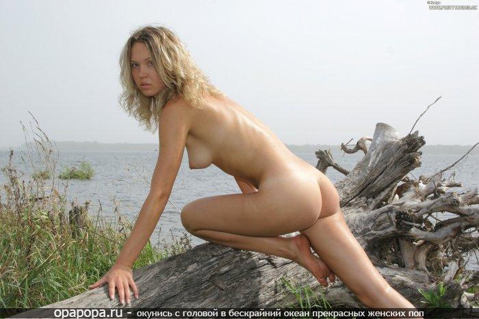 Фотография: молодой блондинки Жасмин с сочной девичьей грудью и маленькой задницей без трусов на природе