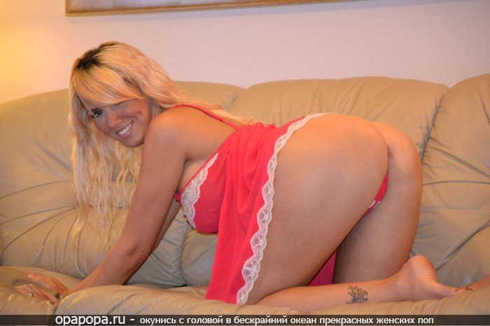 Фотография: мулатки с вкусной попкой на диване в стрингах