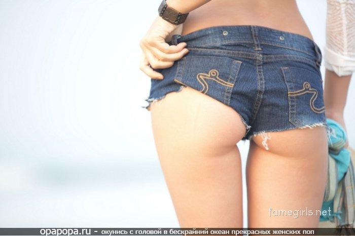 Фотография: небольшая крепкая попка в шортах