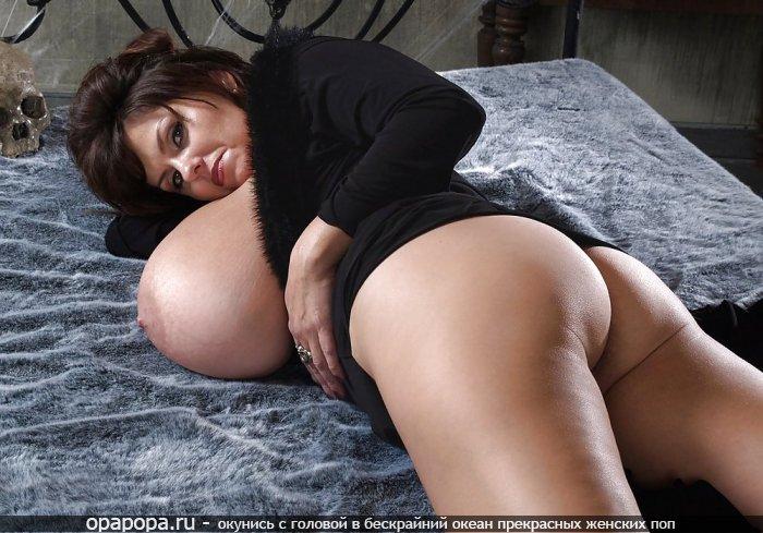 Фотография: опытной женщины брюнеточки Агунды с вкусной попкой на кровати без труселей грудью