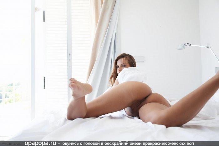 Фотография: русоволосой красотки с массивной привлекательной попкой на кровати