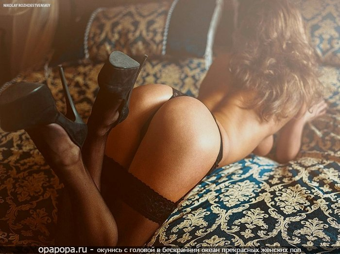 Фотография: шатенки Милолики с лакомой смачной попой на кровати в мини-трусиках в чулках