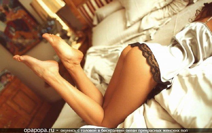Фотография: смуглой девушки с девичьей аппетитной попой на кровати