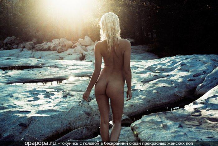 Фотография: светловолосой Златы с небольшой сочной попой на природе без трусов
