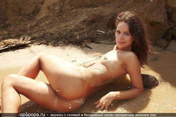 Фотография: темнорусой с девичьей сочной попкой на пляже без трусиков