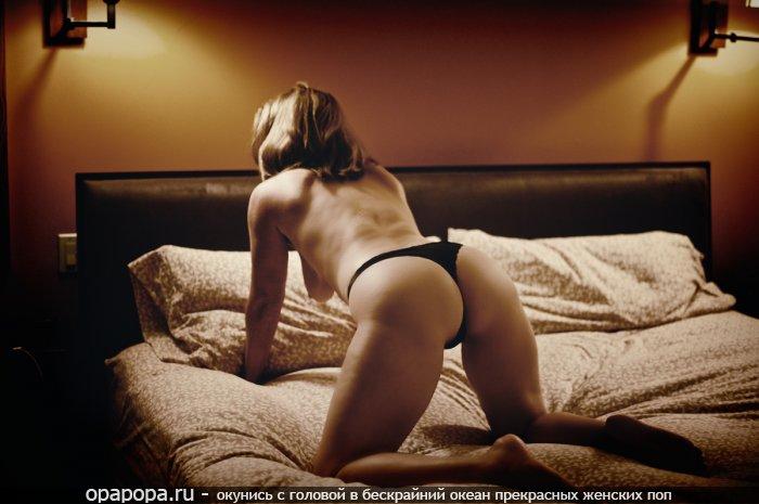 Фотография: темнорусой с эффектной попкой на кровати в стрингах