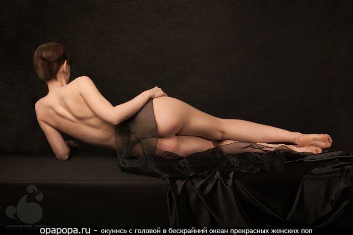 Фотография: темнорусой Юнии с эффектной спелой попкой без трусов