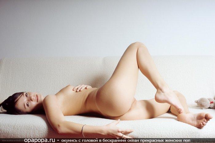 Фотография: темноволосой девушки с лакомой аппетитной попой на диване без трусиков