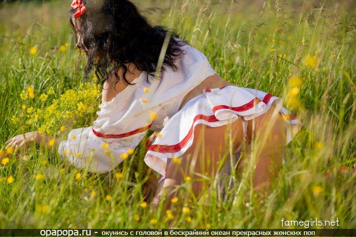 Фотография: темноволосой Геры с девичьей аппетитной задницей на природе в трусиках-тангах под юбкой