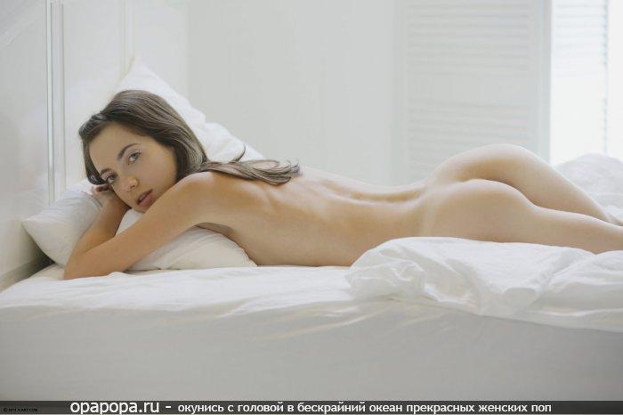 Фотография: темноволосой с привлекательной маленькой попкой на кровати без труселей