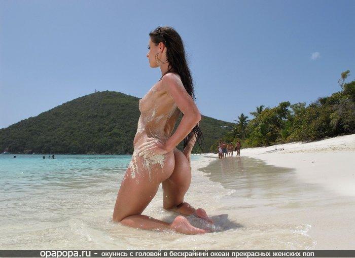 Фотография: темноволосой с смачной попой на пляже без трусиков