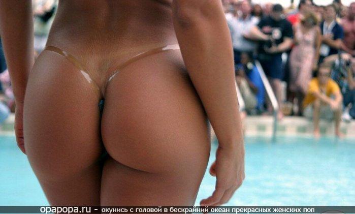 Фотография: вкусная попа на публике в бикини
