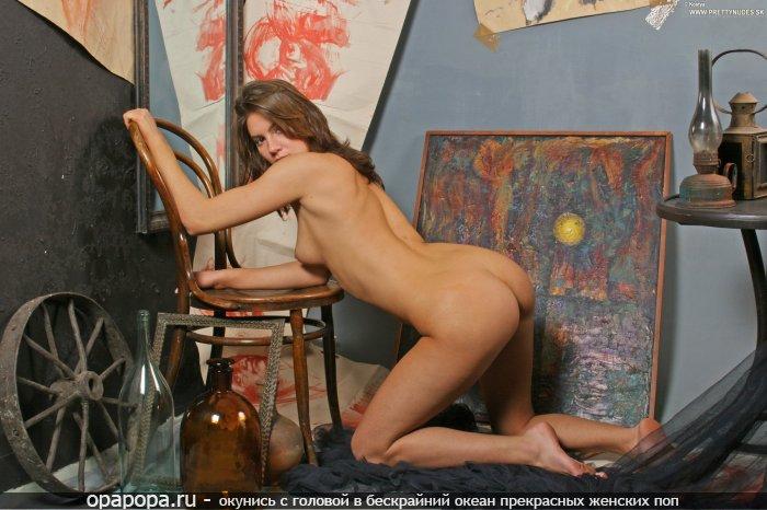 Фотография: загоревшей русоволосой Хариты с аппетитной смачной задницей без трусов с крепкими сиськами в художественной галерее