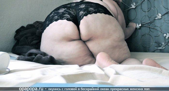 Фотография: зрелой женщины с громадной жопой на кровати в больших трусах
