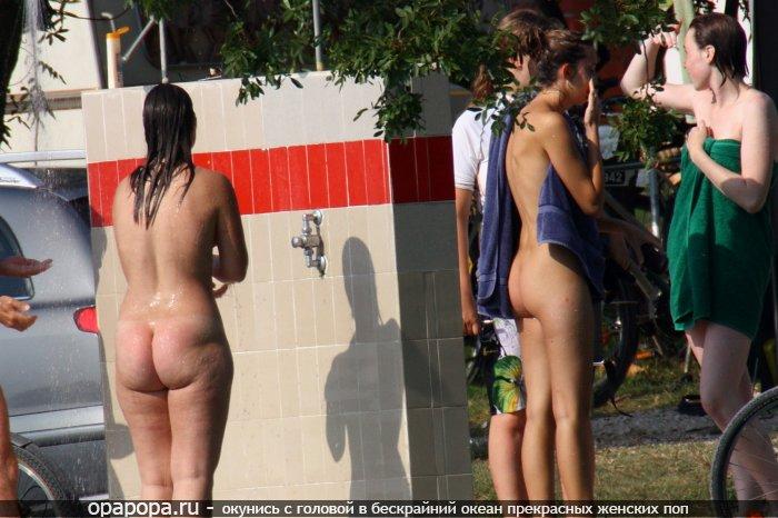 Ираида с большой попой без трусов принимает душ на публике