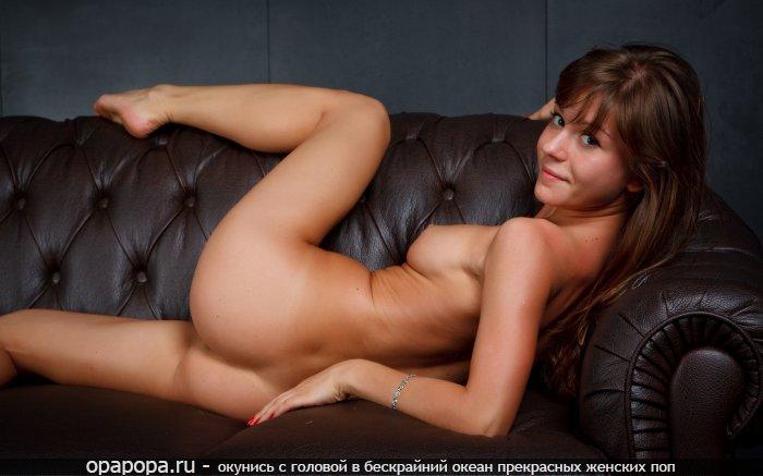 Маленькая русоволосая Агнесса с лакомой попкой на диване без трусов грудью