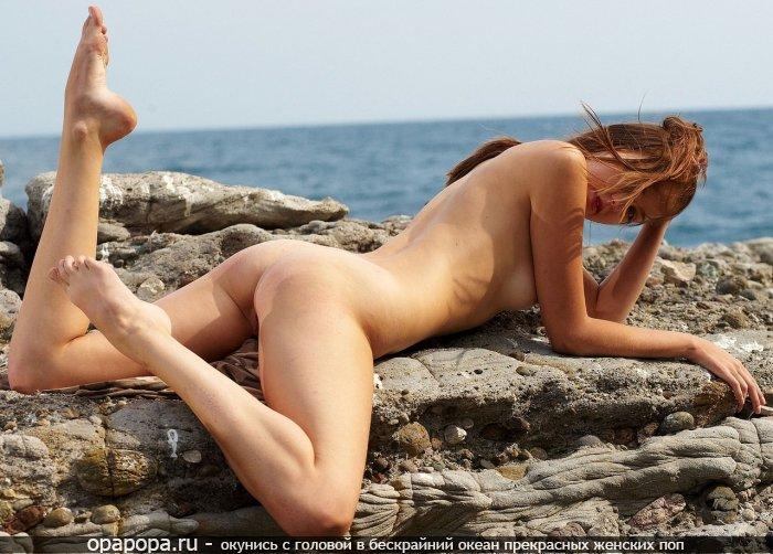 Маленькая шатеночка Исидора с маленькой вкусной попкой на пляже без труселей