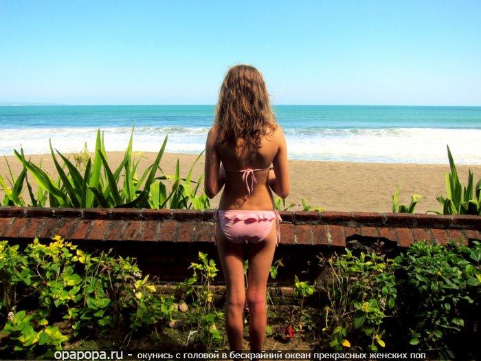 Малолетка с привлекательной небольшой попочкой на пляже в трусиках