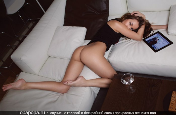 Модель Агнесса с лакомой маленькой смачной попочкой на диване без трусиков
