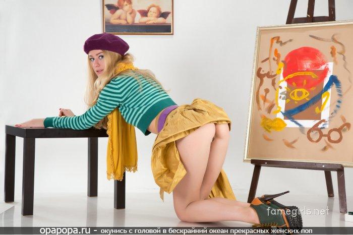 Молодая блондинка с лакомой сочной попой без трусиков под юбкой