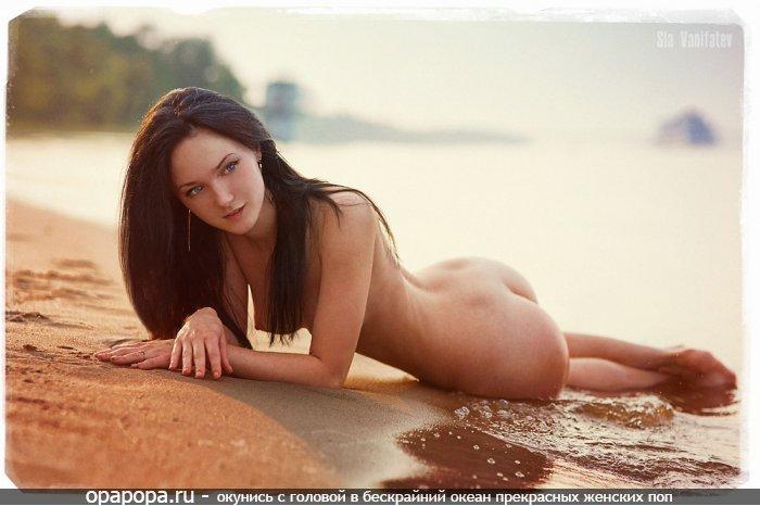 Молодая черноволосая с девичьей сочной попкой на пляже