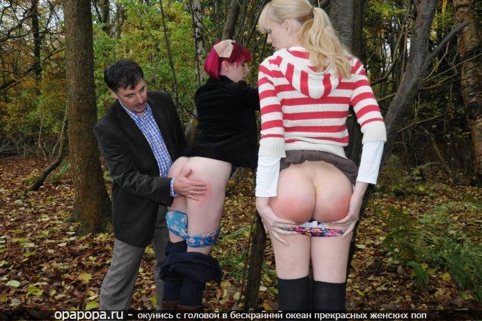 Молодая девушка Симона на улице наказанная отшлепанные
