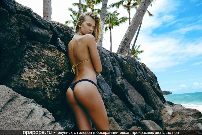 Молодая светловолосая Рема с лакомой небольшой попкой на пляже в стрингах