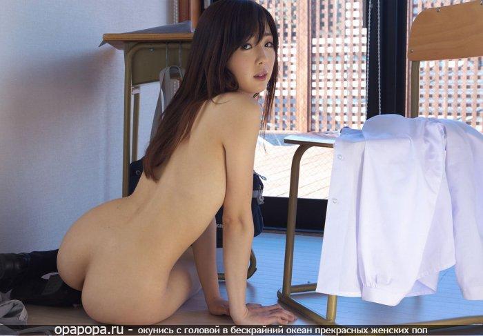 Молодая японка с аппетитной задницей на полу без трусиков