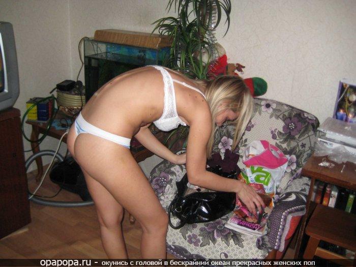Молоденькая блондиночка Амина дома в трусиках-тангах на маленькой спортивной заднице