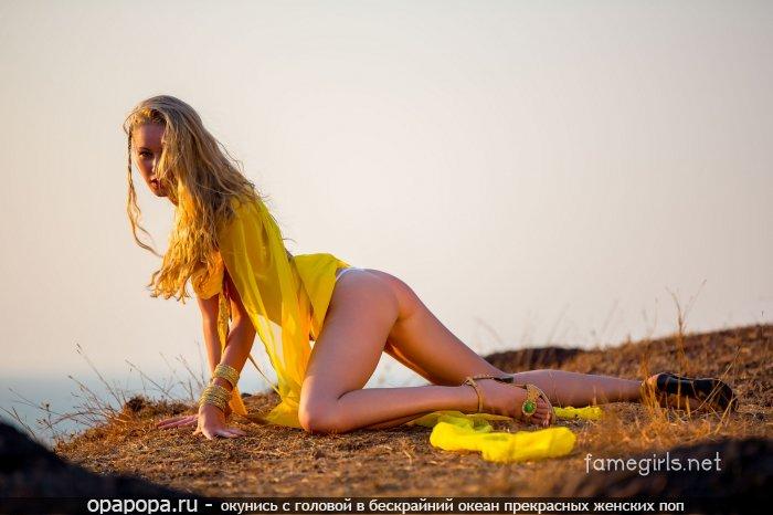 Молоденькая блондиночка с миниатюрной попой на природе в мини-трусиках
