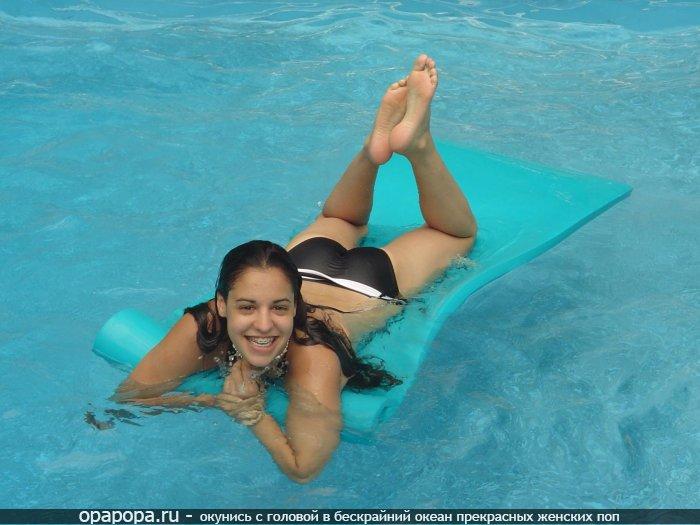 Молоденькая мулаточка Аэлита с привлекательной задницей в бассейне в мокрых трусиках