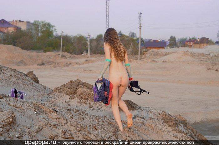 Молоденькая шатенка с лакомой маленькой задницей на улице без трусиков