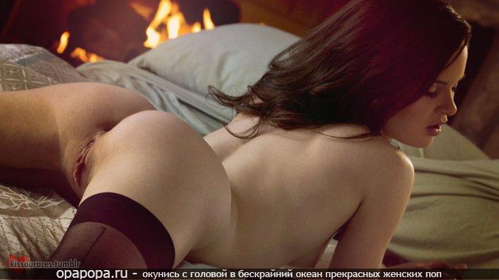 Молоденькая шатеночка Фания со спортивной задницей на кровати в чулочках