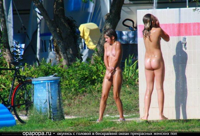 Молодые студентки с привлекательными попками принимают на улице душ без одежды