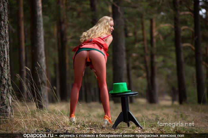 Неопытная блондиночка Габриэлла с маленькой крепкой попкой на природе в трусиках-тангах под юбкой